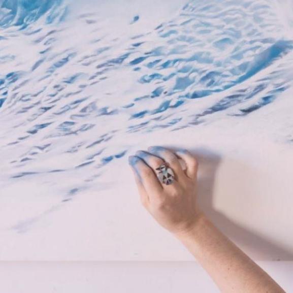 Puszta kézzel fest bámulatos hiperrealisztikus jéghegyeket egy lány