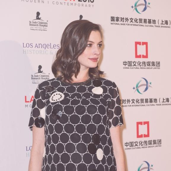 Anne Hathaway szebb, mint valaha: csak úgy ragyog a várandós színésznő