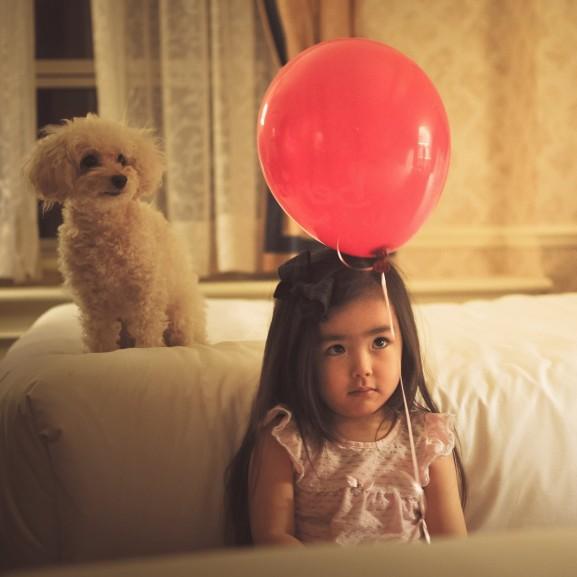 kislány lufi kutya
