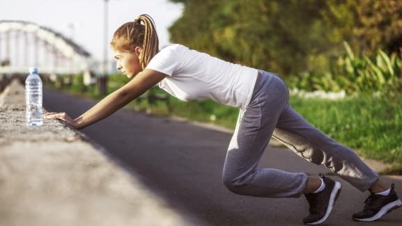 lány edzés nyújtás bemelegítés futás