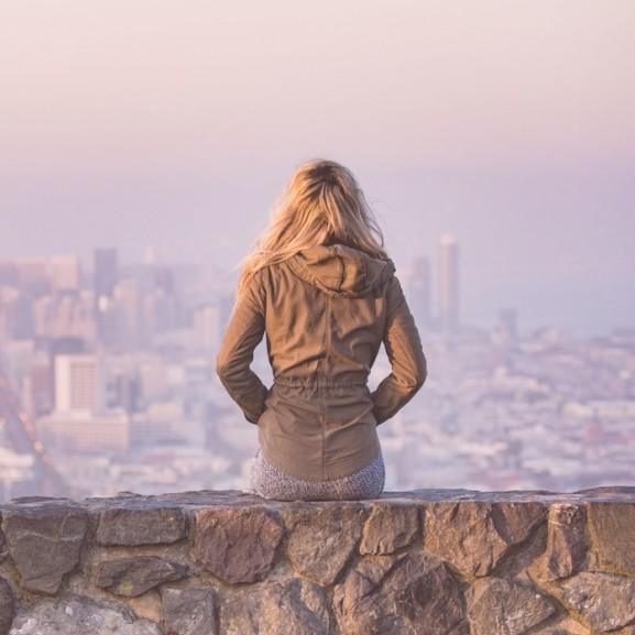 lány magány szőke kabát