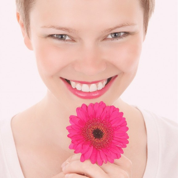 lány virág mosoly