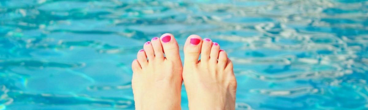 medence nyaralás nyár köröm láb