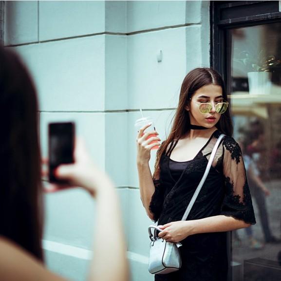 Milyen üzenetet küldesz profilképeddel a pasiknak Tinderen?