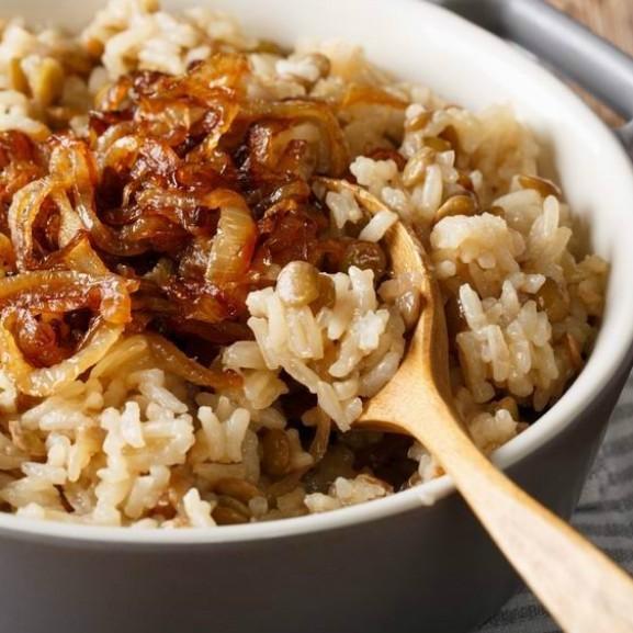 mujaddara-lencses-rizs-karamellizalt-hagymaval
