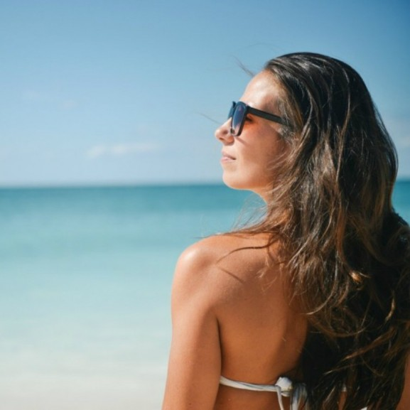 napsütés napszemüveg nyaralás lány