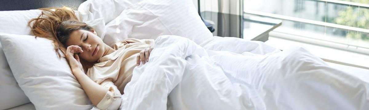 nő alvás ágy