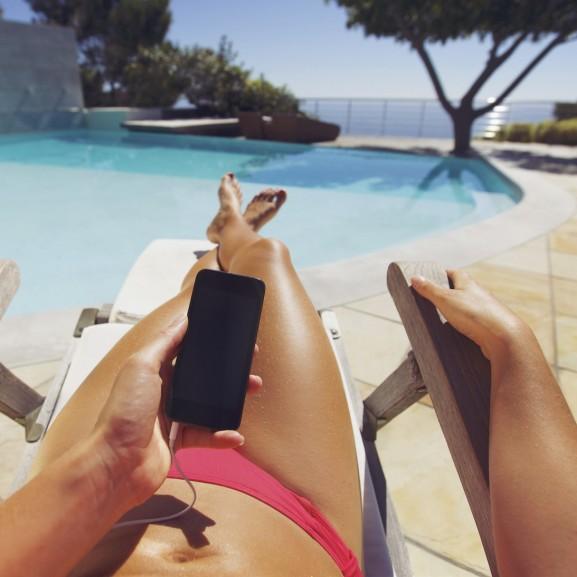 nő medence part telefon nyaralás