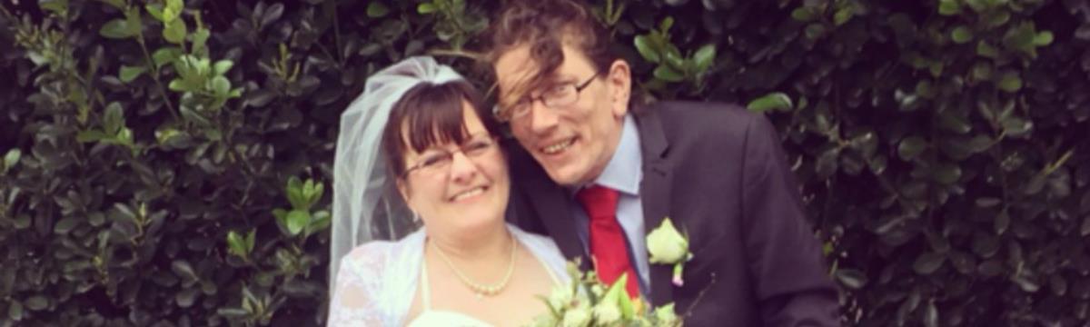 Egy hajléktalan férfi feleségül vette a nőt, aki befogadta az otthonába