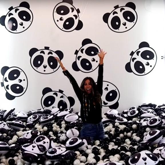 Plüss pandákkal hemperegni és hatalmas melleken ugrálni - Elképesztő, mi folyik ma a múzeumokban