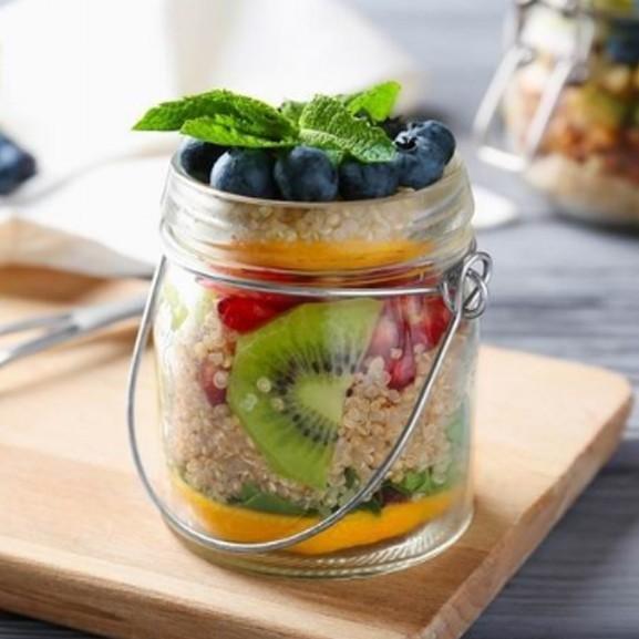Quinoás gyümölcssaláta frissítő és kényeztető reggelinek, uzsonnának