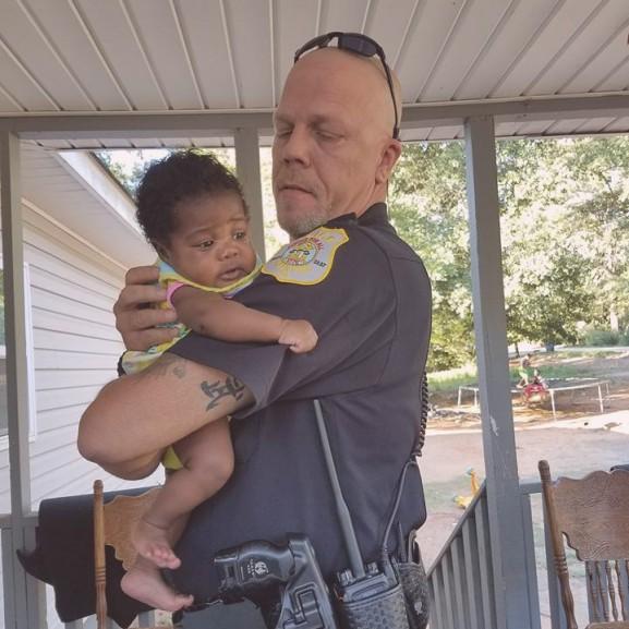 rendőr kisbaba kislány
