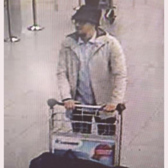 Ezt a férfit keresi a belga rendőrség a reptéri merénylők közül