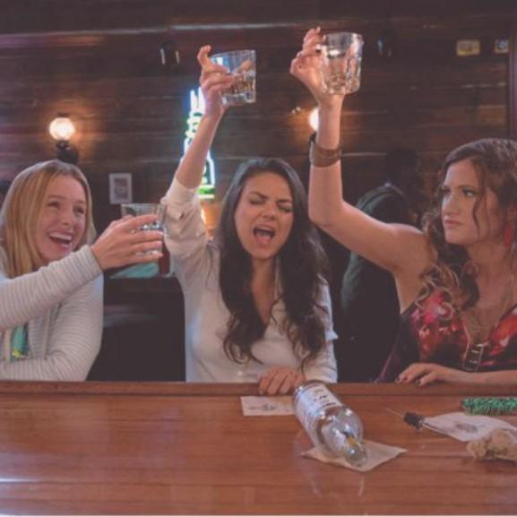 rossz-anyak-mila-kunis-buli-parti-alkohol