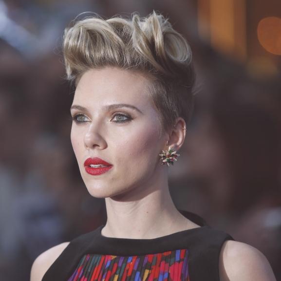 Mindenkit lepipál legújabb filmjében Scarlett Johansson