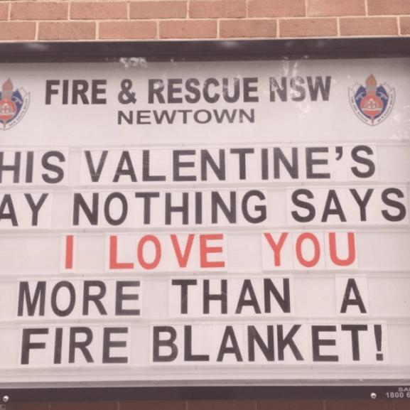 Imádjuk az ausztrál tűzoltók vicces tábláit!