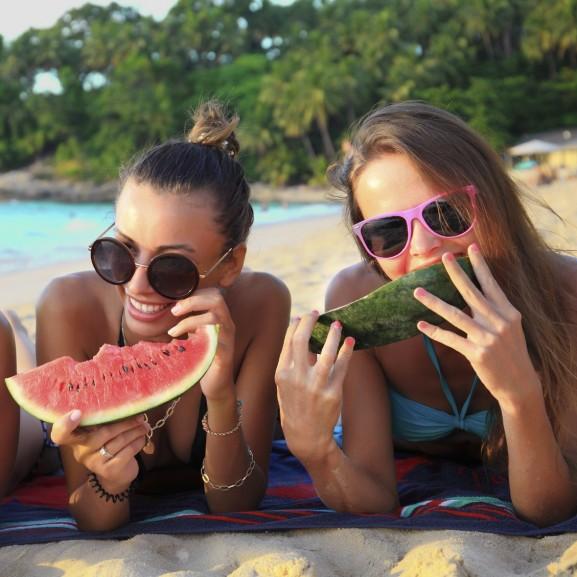 strand nyár nyaralás dinnye barátok