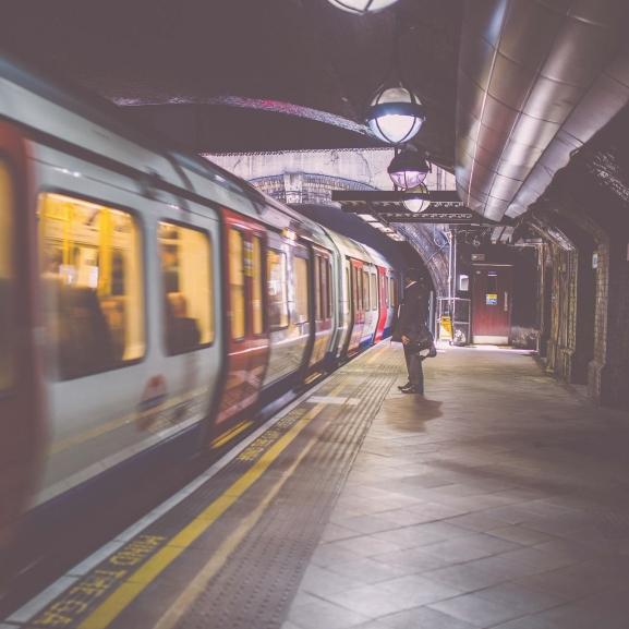 Kegyetlenül megszégyenítik a túlsúlyos embereket a londoni metróban
