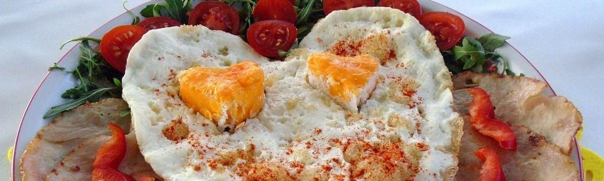 Szerelmes reggeli sonka tojás