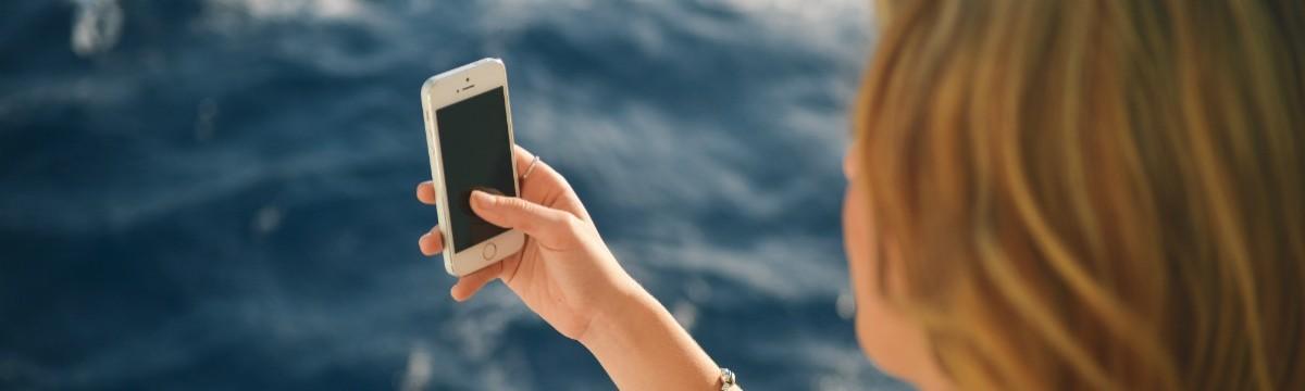 telefon-mobil-facebook-poszt