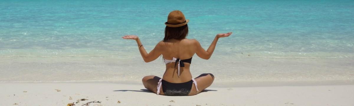 tengerpart napozás nyaralás kalap