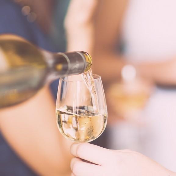 Tényleg segíthet a fehérbor a fogyásban?