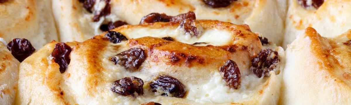 Túrókrémes mazsolás csiga gazdagon, francia vajas tésztával