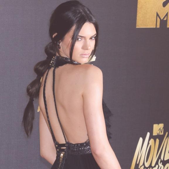Kiderült a titok: így vette fel Kendall Jenner a combtőig kötözött szandált