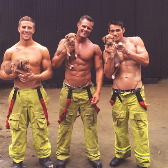 Csábítás nemes célból: dögös naptárral gyűjtenek adományt a tűzoltópasik
