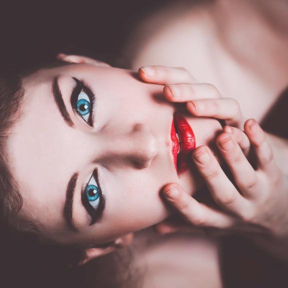 A legőrültebb sminktrend: használjatok rúzst szemhéjtusnak!