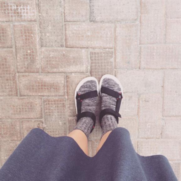 A nap legdurvább divathíre: mégis menő a zokni szandállal!