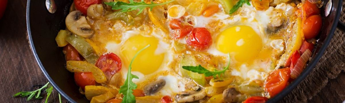 Zöldségágyon sült tojás, ami majdnem lecsó