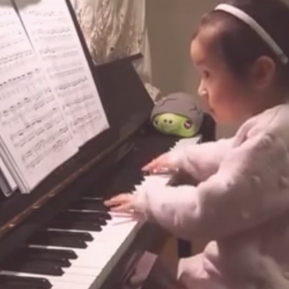 zongora kislány