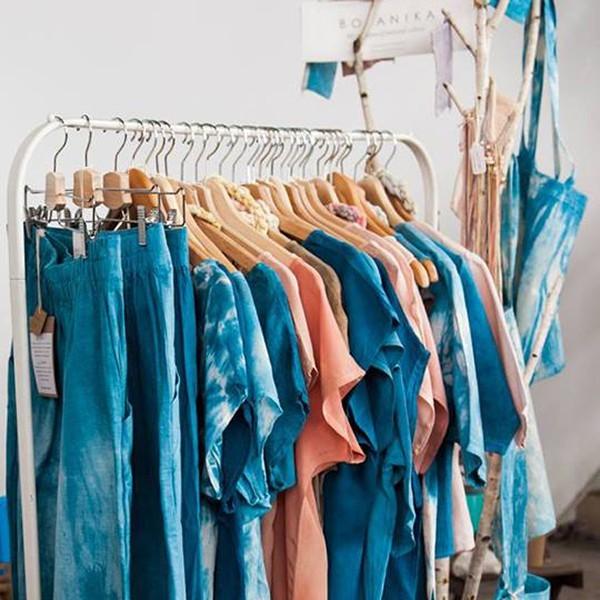 Elég a túltermelésből: legyen zöld a ruhatáratok – de ne a színe!