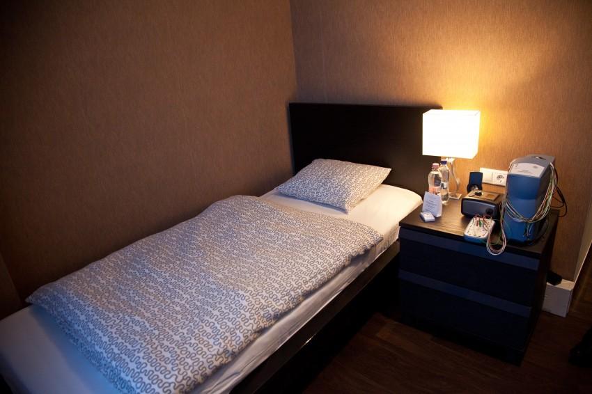 A vizsgálat során otthonos szobában tölthetik az éjszakát az alanyok.