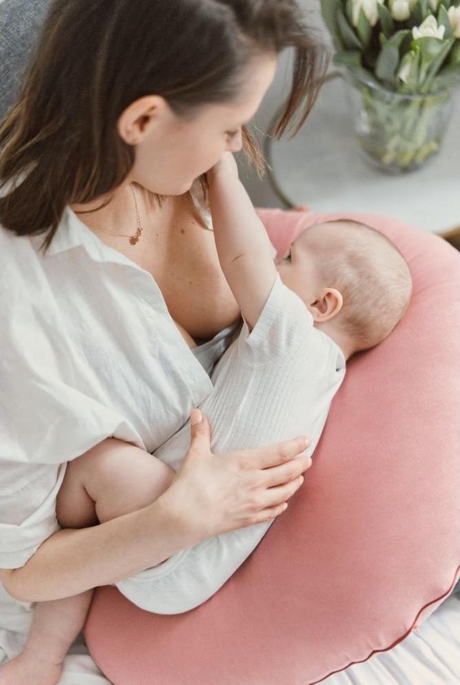 Amikor az újszülött világra jött, a szoptatós párna tovább szolgálhatja a kicsi és az édesanya kényelmét.