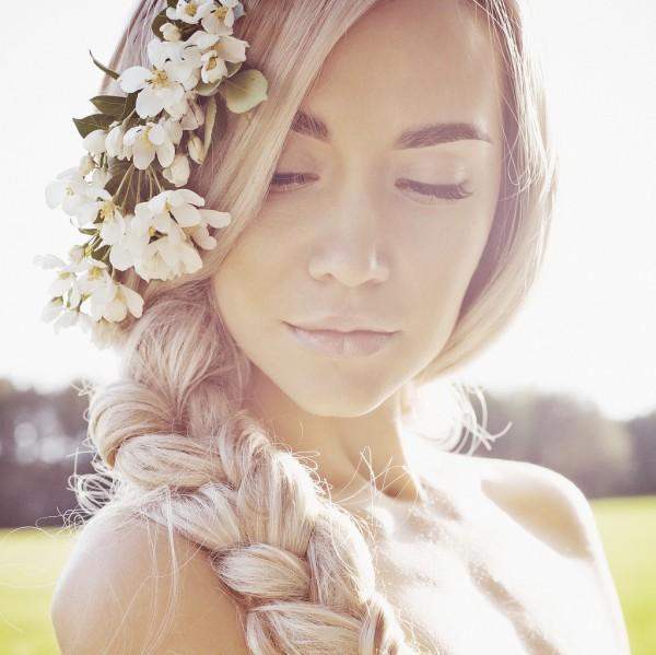 arc lány szőke virágkoszorú fonat