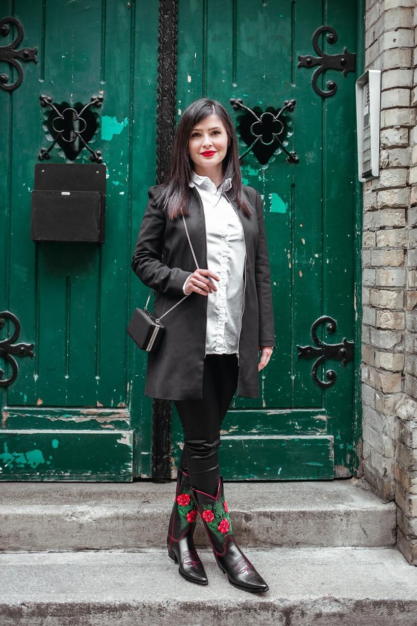 Lelőhelyek: csizma – Wild West Store, nadrág – H&M, kabát – Zara, ing – a modell sajátja , táska – Zara