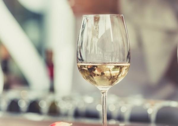 fehérbor alkohol pohár