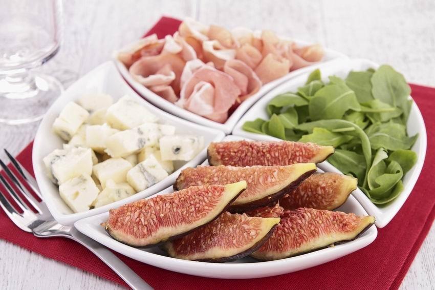 Füge, sonka, sajt, a tálaláshoz rukkola - egyszerű és isteni!