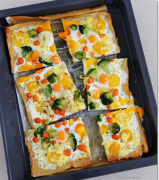 Füstölt sajtos-zöldséges pizza fürjtojással