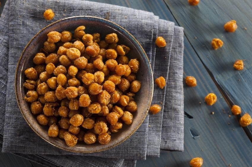 Fűszeres sült csicseriborsó egészséges nassolnivaló
