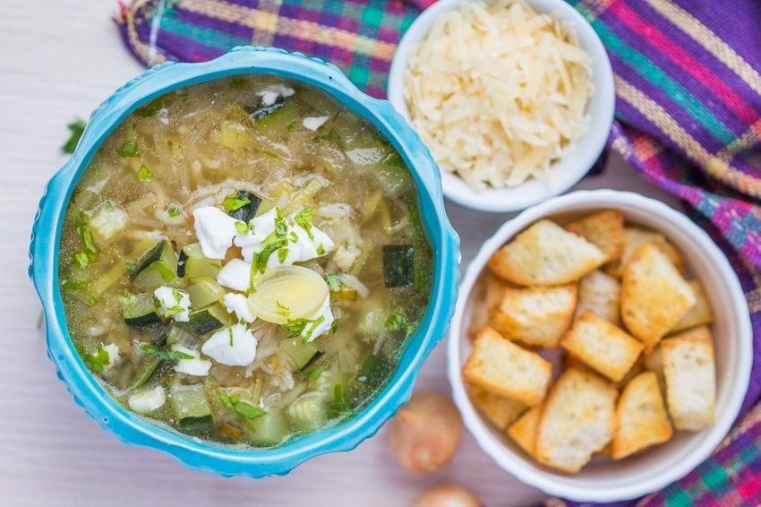 hagymaleves-cukkini-feta-rizs