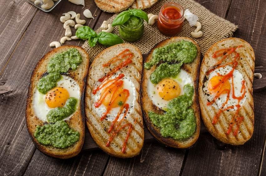 Kenyérben sült tojás