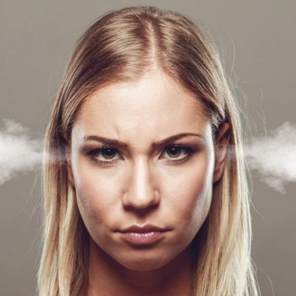 mérges dühös nő
