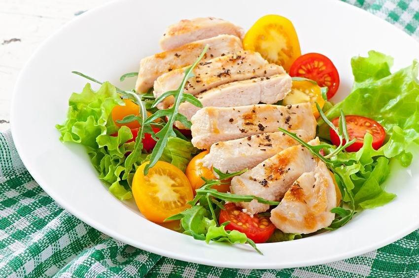Omlós csirkemell salátával