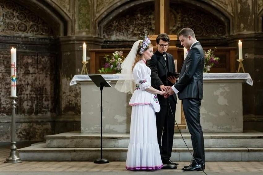 5baffcb77e Magyar népviselet ihlette ruhában ment férjhez a Piroshka tervezője ...