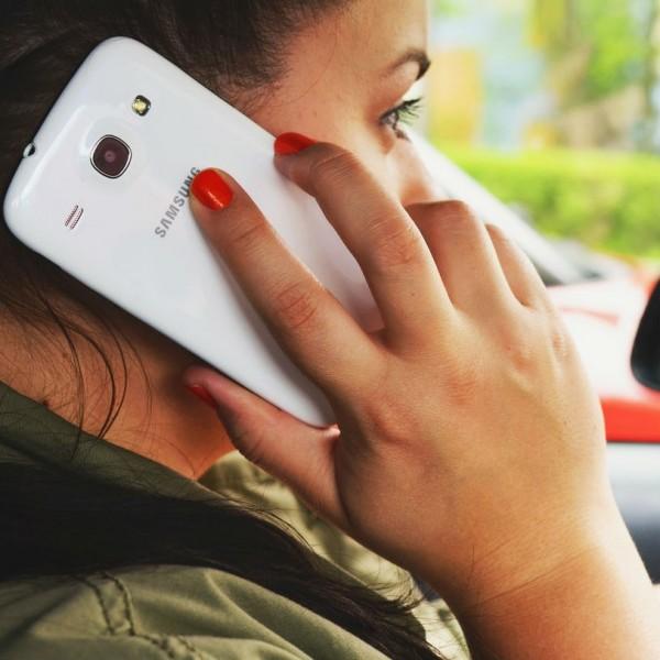 telefon nő